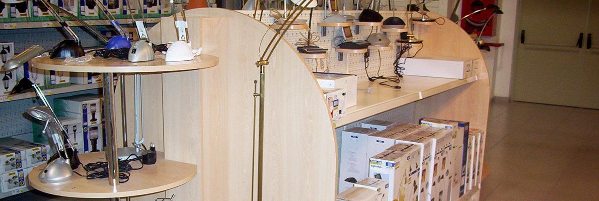 Mobiliario de madera para comercios y tiendas. Mobiliario comercial modulable y a medida